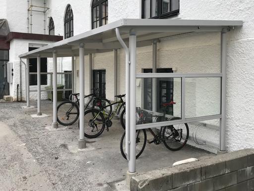 Funkis 4 sykkelskkur festet rett på vegg med intergrert LED-lys i taket