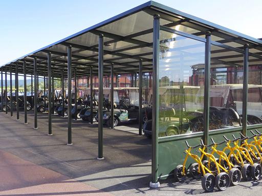 Et vedlikeholdsfritt overbygg som holder golfbilene unna regn og vind.