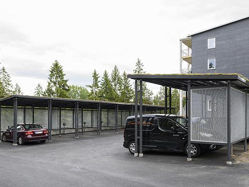 Carport Autone med seksjoner i strekkmetall.