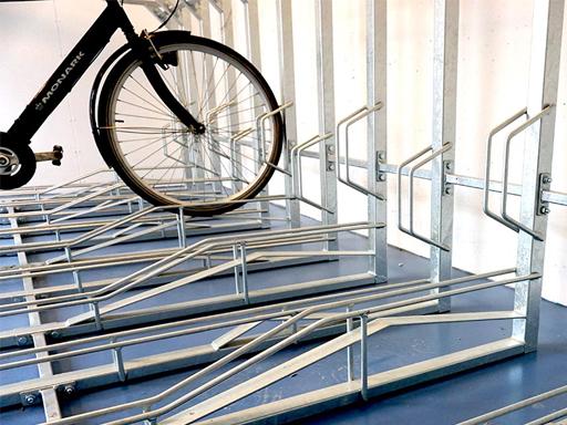 Underste etasje fungerer som vanlig sykkelstativ.