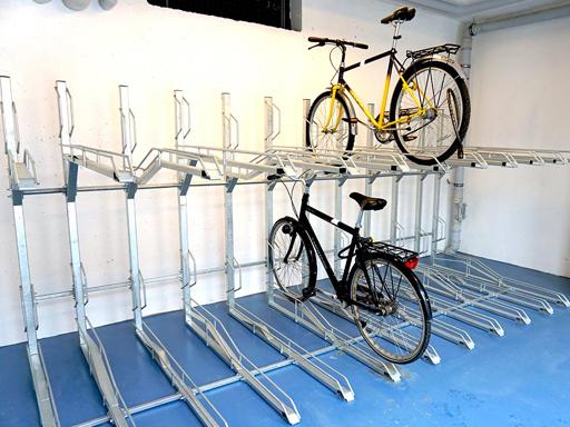 Må løfte sykkelen opp på den øverste etasjen.
