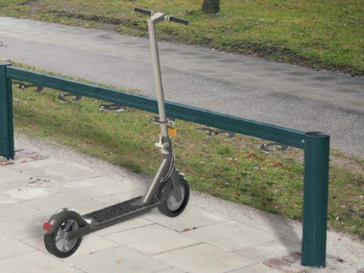 Sparkesykkelstativ med mulighet for å låse sparkesykkelen.