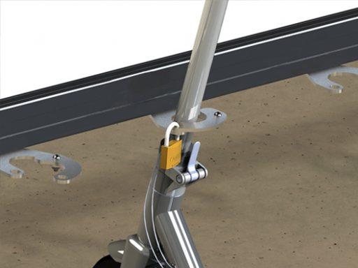 Stativet har et gripesystem som kan låses med en hengelås.