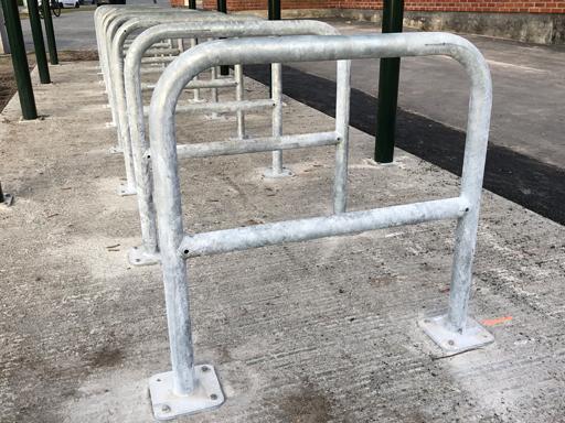 Den parkerte sykkelen står stabilt og velter ikke i et A-stativ.
