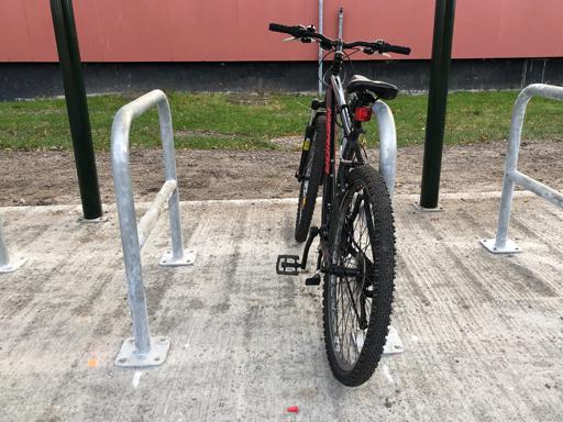 Stativet gir låsemuligheter for både ramme, forhjul og bakhjul.